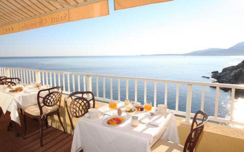 Petit déjeuner vitaminé à déguster dans un cadre unique avec vue sur la mer