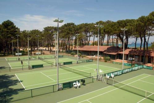 Jouer au tennis au milieu de la pinède de Calvi