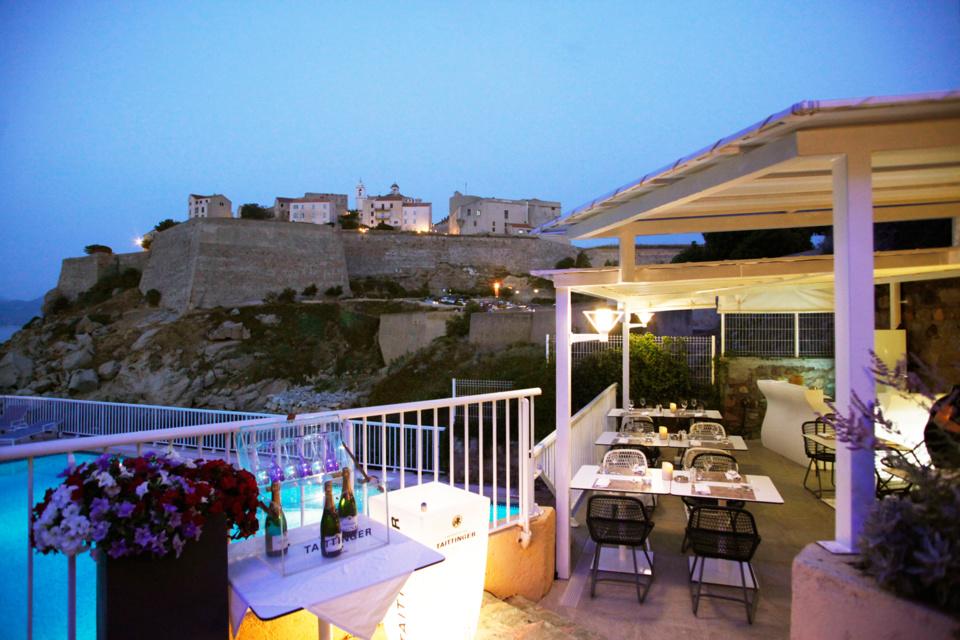 Le restaurant snack piscine de l'Hôtel Saint Christophe, une vraie pause fraîcheur !