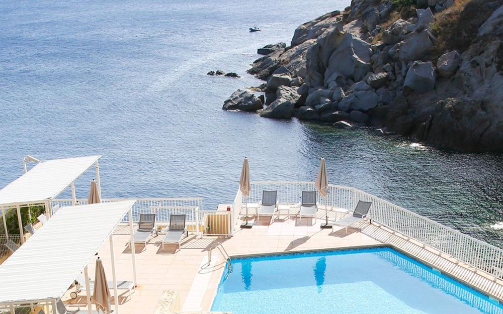 Une piscine qui domine la mer à Calvi